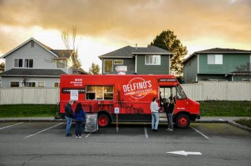 Delfino's Chicago Style Pizza food truck parked in Klahanie on a Thursday evening (Photo by Lin Yang)