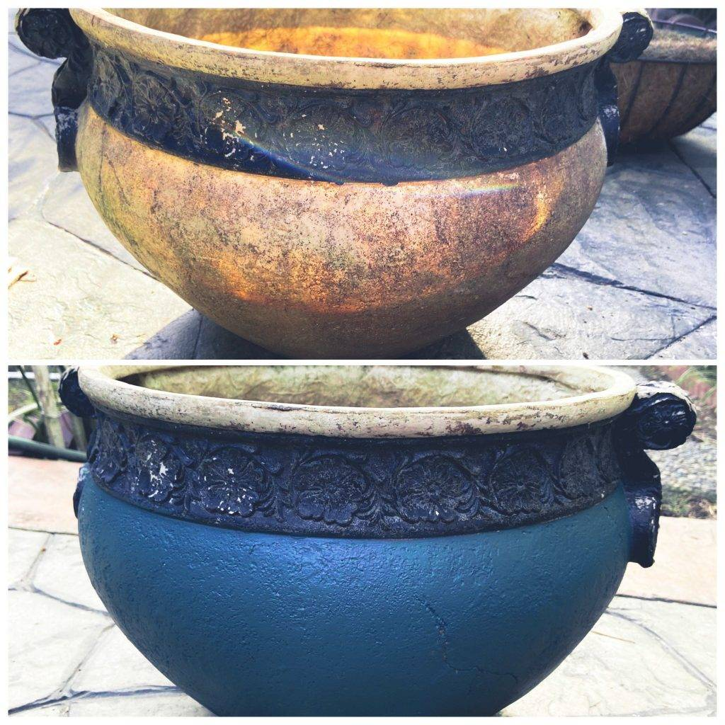 Ceramic pots in two colors.